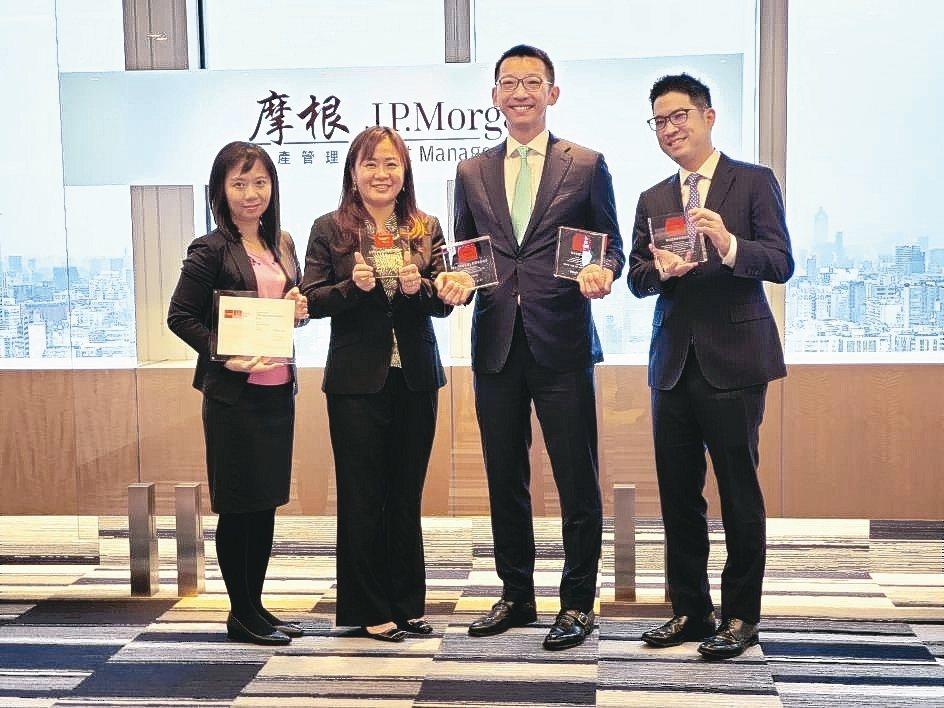 摩根資產管理今年勇奪多項大獎,董事長唐德瑜(右二)帶領旗下業務和產品部門主管一同...