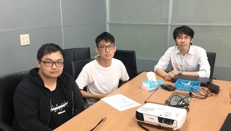 義大〈精醫器妍〉團隊的李明憲(左起)與林哲瑀赴業界實習,汲取經驗。 楊鎮州/攝影