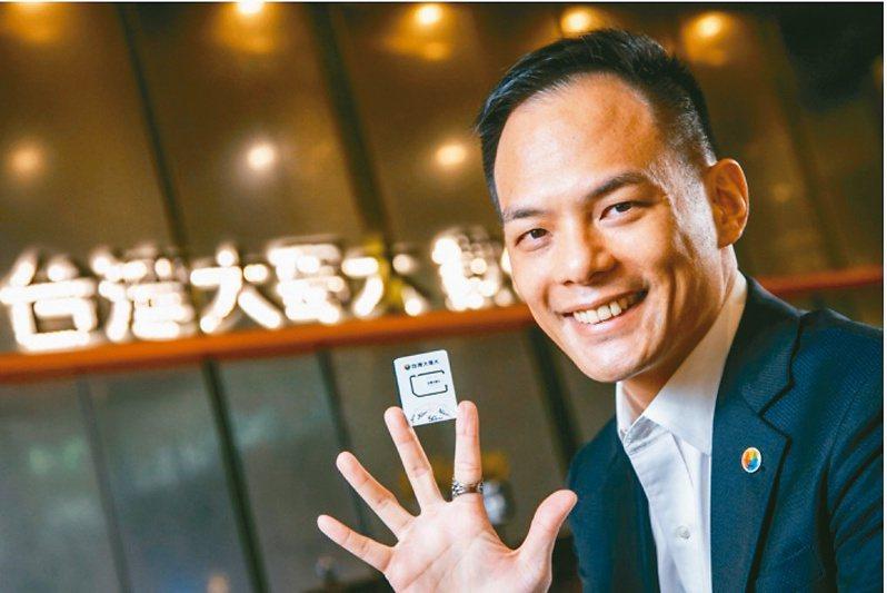 台灣大搶先亮相全台首張5G SIM卡,由總經理林之晨親自開箱展示。 圖╱台灣大提供