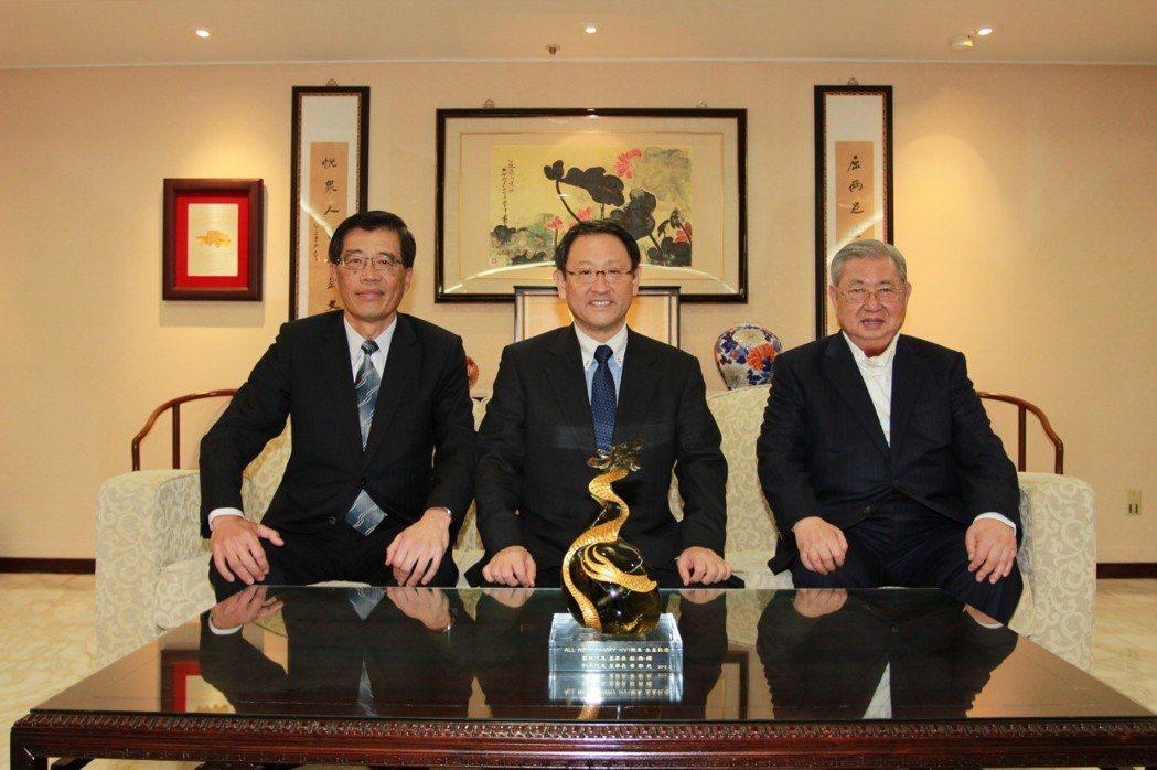 2012年豐田汽車社長豐田章男(中)來台,與總裁蘇燕輝(右一)及董事長黃南光(左...