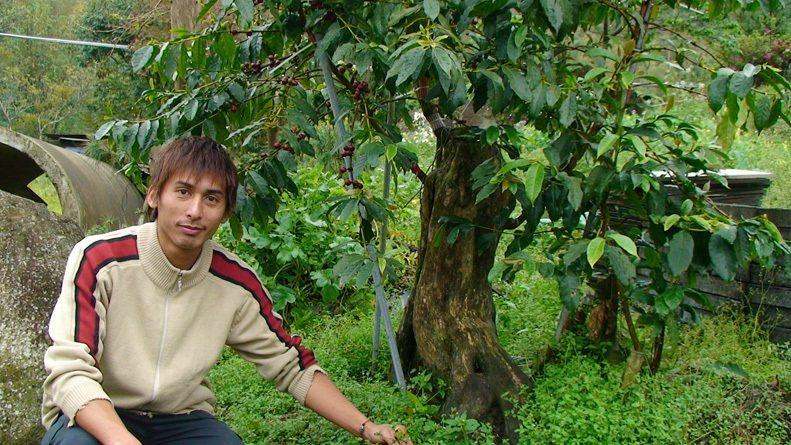 方政倫22歲時剛回山上,還是個咖啡門外漢。 圖/方政倫提供