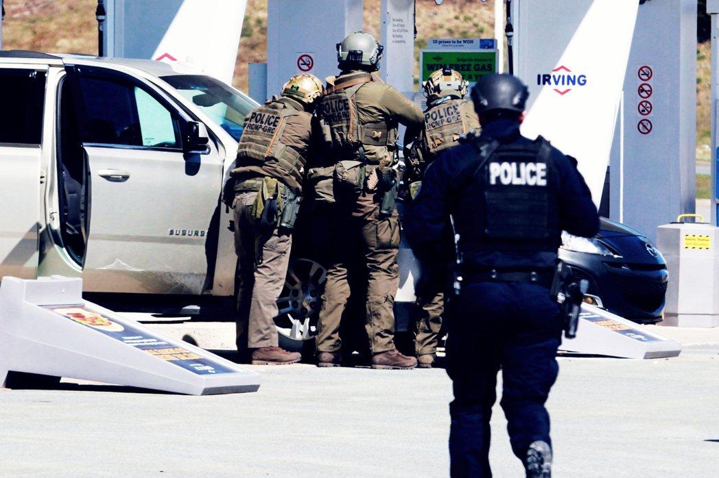 身份與行蹤都曝光的沃曼,很快地就被重裝馳援的特警部隊團團包圍。雙方最後在哈法利斯...