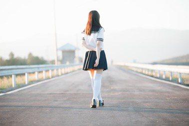 【選讀】少女老王《比鬼故事更可怕的是你我身邊的故事》:制服下那件遮蓋慾念的小背心