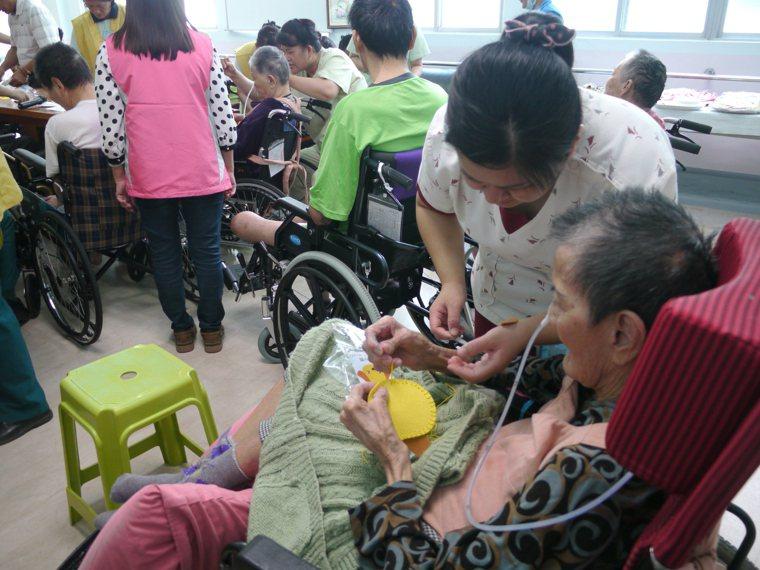 護理之家的阿嬤動手縫香包。 示意圖/徐白櫻 攝影