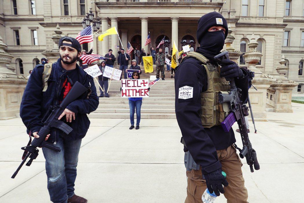 密西根州在15日演變成超過千人的「反暴政」抗爭,舉出「我們不是囚犯」、「反對州長...