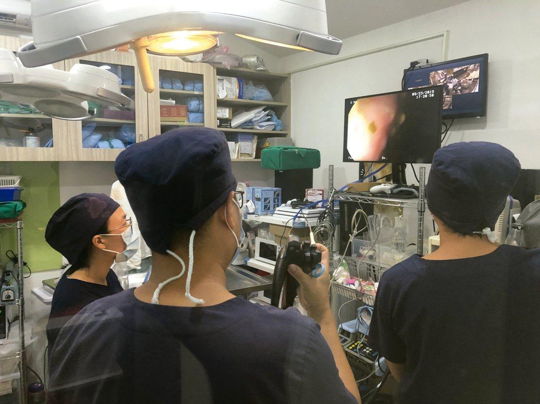 三位醫生分工合作找耳塞。圖/布克文化提供