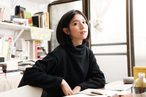 設計師李君慈於充滿設計藏書的工作室裡創作。 圖/吳致碩拍攝