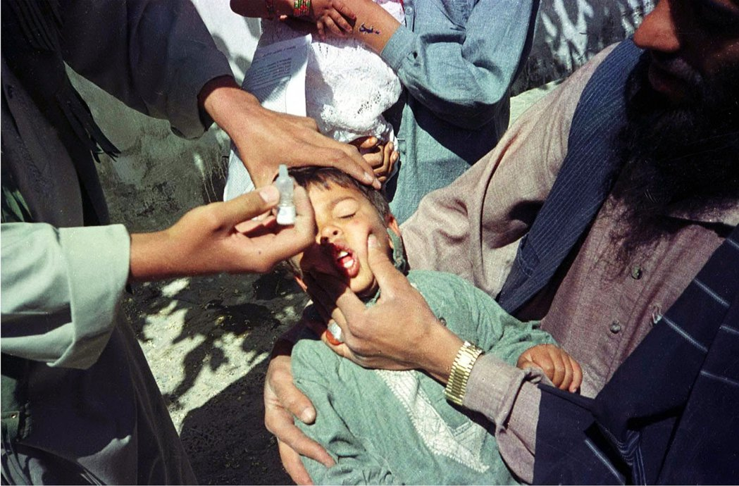 圖為阿富汗的小兒麻痺口服疫苗。1950年代抗生素與小兒麻痺疫苗成功研發,WHO便...