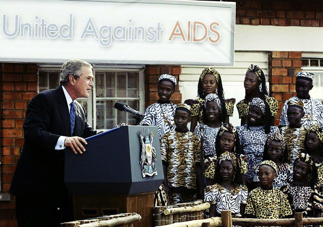 WHO都高度依靠美國的滋養,在制度維護、專業研發與金援上皆然。圖為2003年時任...
