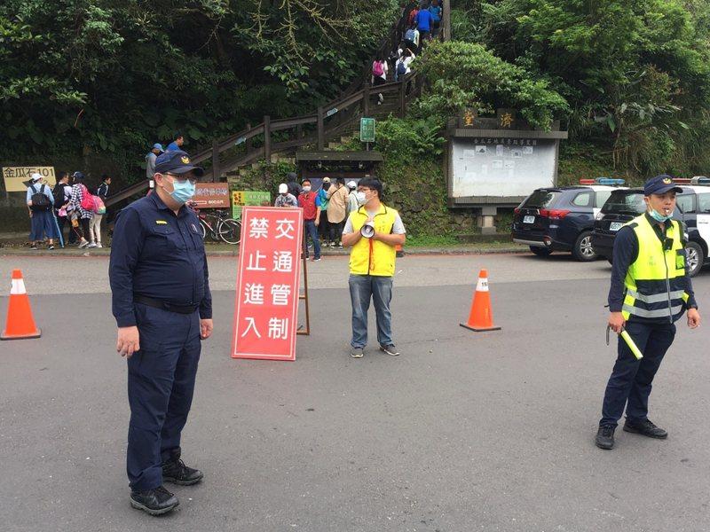 不少民眾趁著週末來到瑞芳步道踏青,造成人車擠爆,瑞芳公所與瑞芳警分局對勸濟堂的路段實施管制。 圖/觀天下有線電視提供