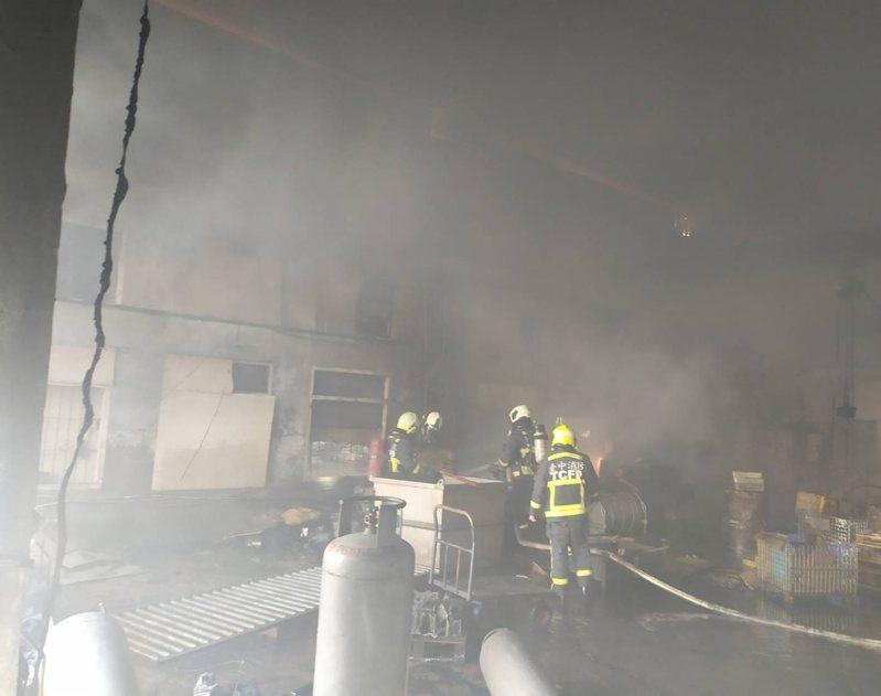 台中市外埔區一間工廠今天早上發生火警。圖/台中市消防局提供