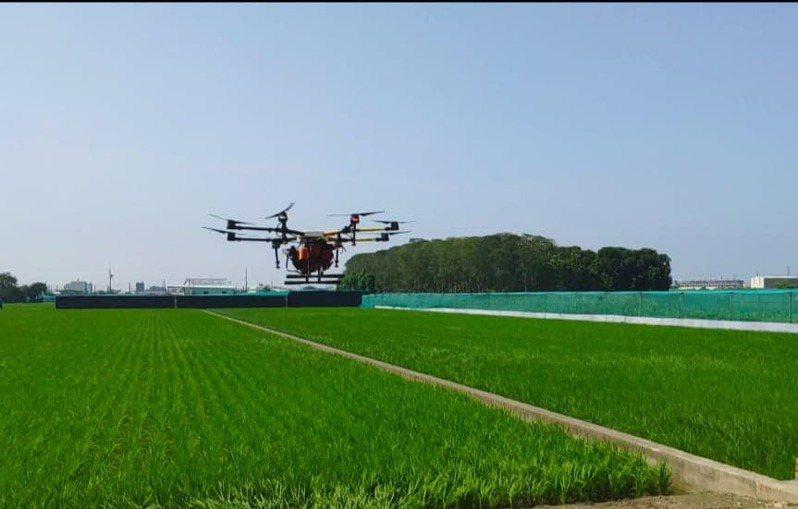 西螺鎮農會推廣無人機噴藥,能夠省時、減人力又無藥物交互污染問題。圖/本報資料照片