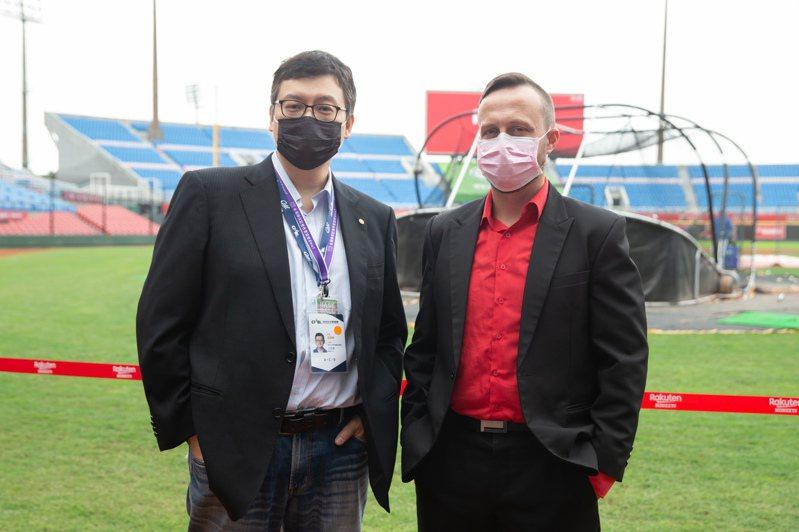 中華職棒推出英文轉播在國外爆紅,主播王雲慶(左)、球評偉恩(Wayne McNeil,右)擔綱起介紹中職的任務。記者季相儒/攝影