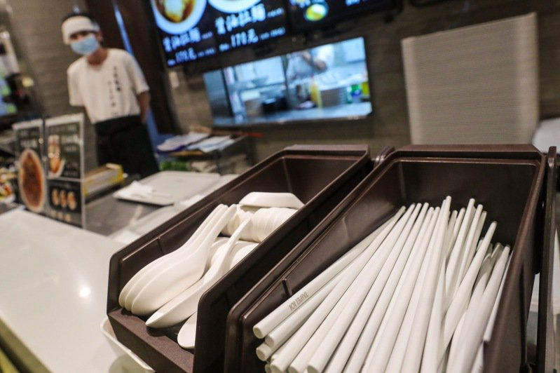台北市今年元旦起要求百貨公司及購物中心內用不提供各類免洗餐具,但在防疫時期目前全台有377場所申請暫時恢復使用一次性餐具。中央社