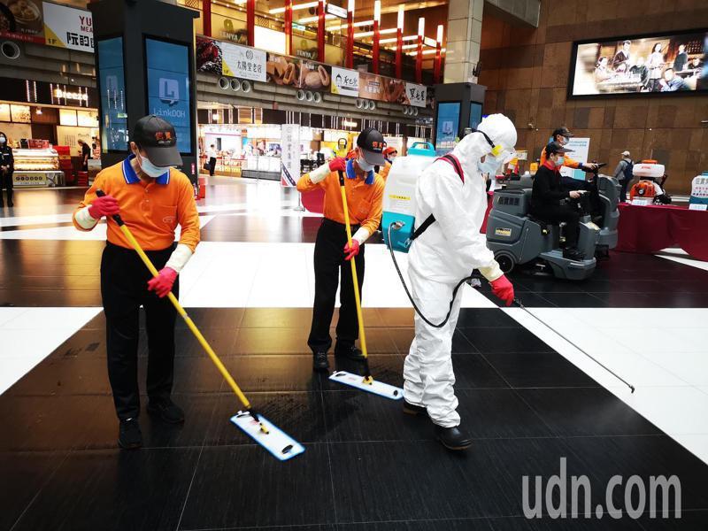 台鐵車站今天進行清潔消毒防疫提升演練,在大廳空間用駕駛式洗地車、併同二氧化氯滅菌清潔消毒。記者邱德祥/攝影