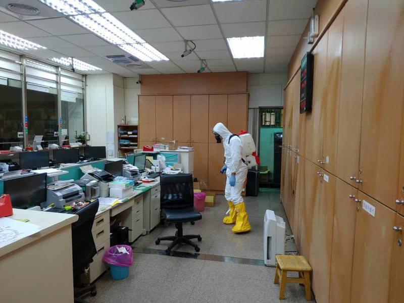 高雄小港郵局今天停業進行消毒。圖/高雄郵局提供
