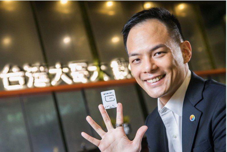 台灣大搶先亮相全台首張5G SIM卡,由總經理林之晨親自開箱展示。 圖/台灣大提供