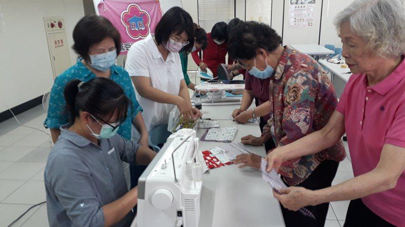 麻豆農會展現愛心,家政班員聚集做口罩捐弱勢助防疫。記者周宗禎 攝影