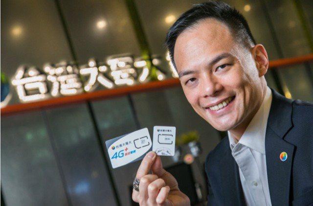 台灣大總經理林之晨親自開箱展示全台首張5G SIM卡。圖/台灣大提供