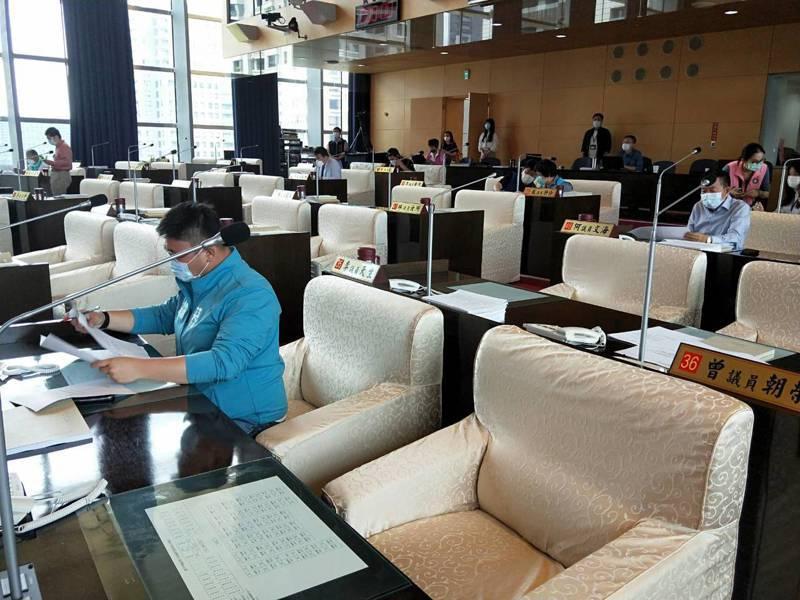 台中市議會即將開大會,今天程序委員會,議員嚴守社交距離間隔。記者張明慧/攝影