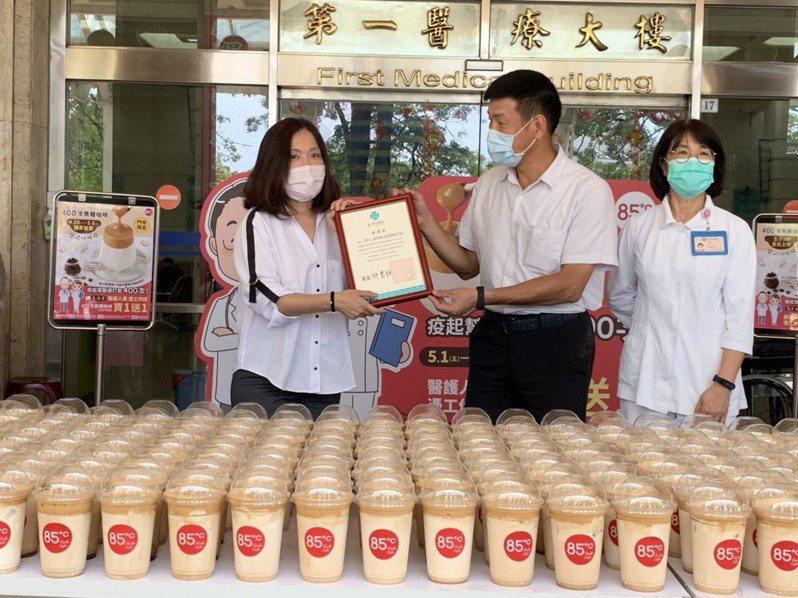 台中榮總社工部主任莊李和上午致贈感謝狀,感謝85度C與醫護人員一同攜手打好這場對抗新冠病毒的戰爭,保護好全民的健康。圖/85度C提供