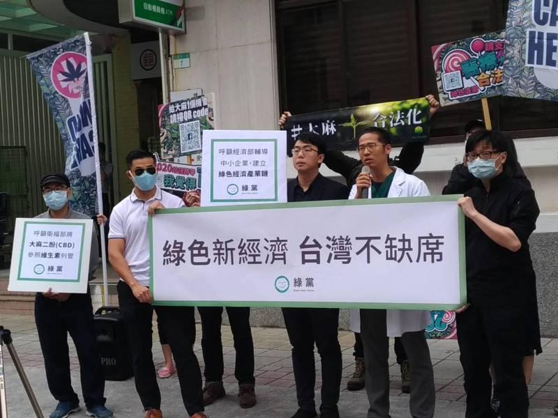 綠黨今天在立法院群賢樓前舉行記者會,呼籲衛福部應將大麻二酚(CBD)參照維生素列管,並呼籲經濟部輔導中小企業建立綠色經濟產業鏈,除保障病患醫療人權,也有助台灣經濟發展和轉型。記者/林麗玉攝影