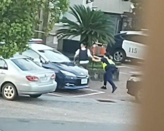 持刀男子還是衝出鬥毆,連女警都攔不住。記者蔡維斌/翻攝