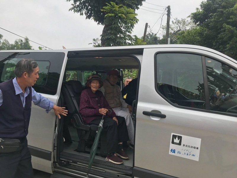 高雄市推動公車式小黃,用小黃取代載客量少的公車班次及深入社區服務。圖/本報資料照片