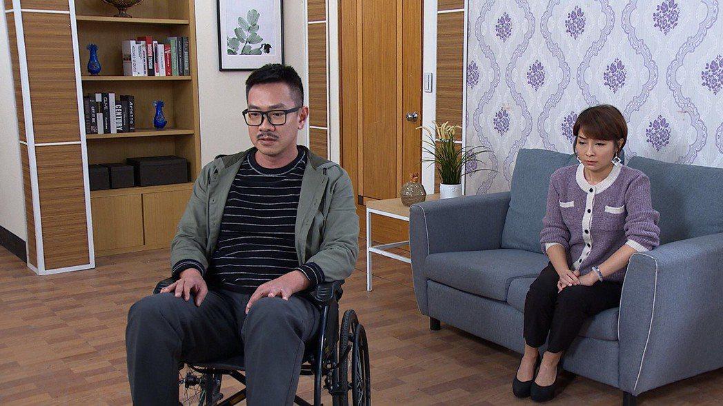 江俊翰(左)坐輪椅演出「多情城市」。圖/民視提供