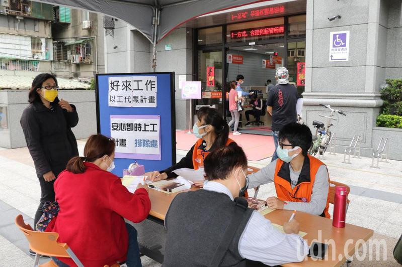 61歲的郭先生(右前)單親扶養2孩子10多年,今早申請新北推出「好來工作」以工代賑計畫,盼能再有收入。記者王敏旭/攝影