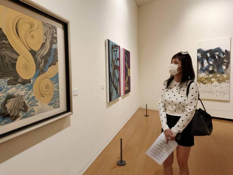 為安撫疫情期間不安的心靈,亞洲大學現代美術館特別推出「藝識流淌」特展,吸引不少民眾前往。記者黃寅/攝影
