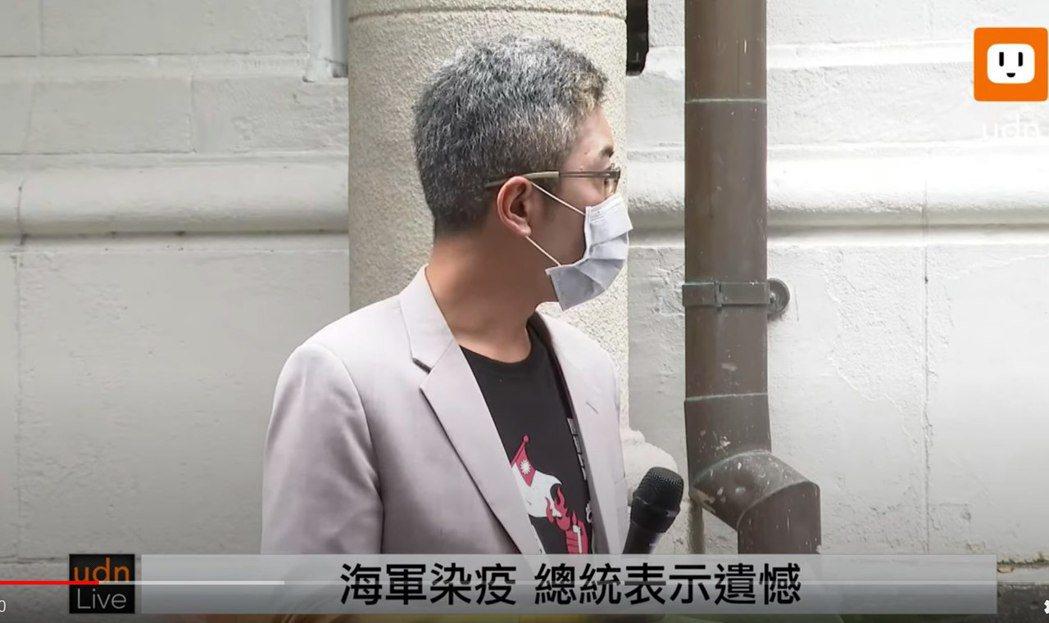 丁允恭遭洪孟楷怒批穿燒國旗衣。圖/摘自臉書