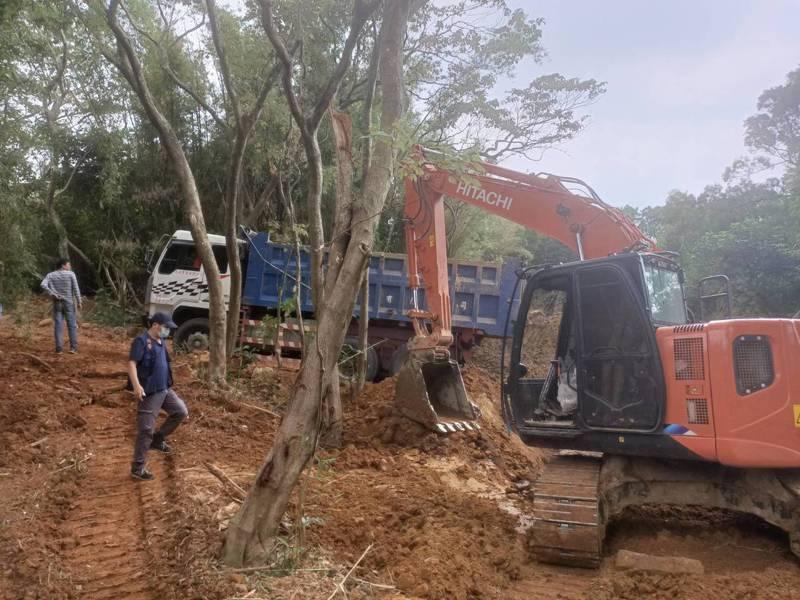 新埔警分局偵查隊今天上午9時45分許查獲3名現行犯涉嫌違法開挖山坡地。圖/新埔警分局提供