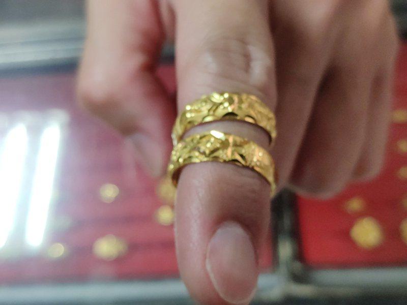 男子搶走類似同款兩只金戒指逃逸。記者謝進盛/攝影