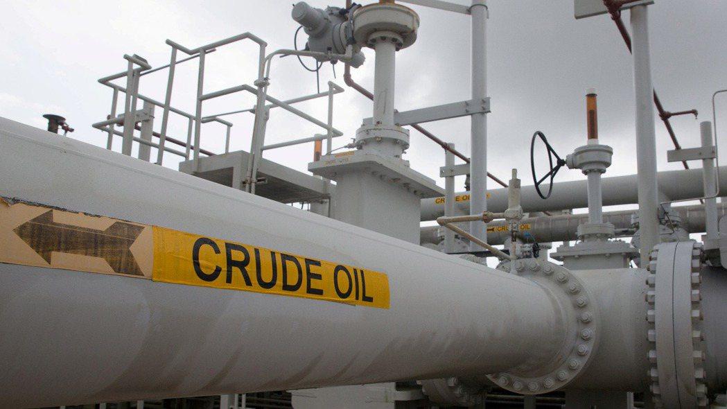 美國原油期貨價格今日重挫逾20%,圖為美國位於德州戰略石油儲備中心內的油管設施。...