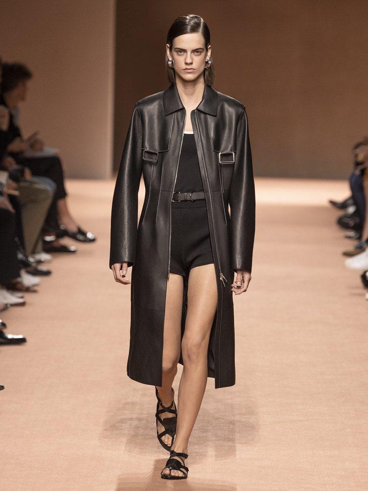 今年春夏愛馬仕則是以透氣涼爽的細微鏤空細節來呈現皮革大衣,或是增加更多的扣帶設計...
