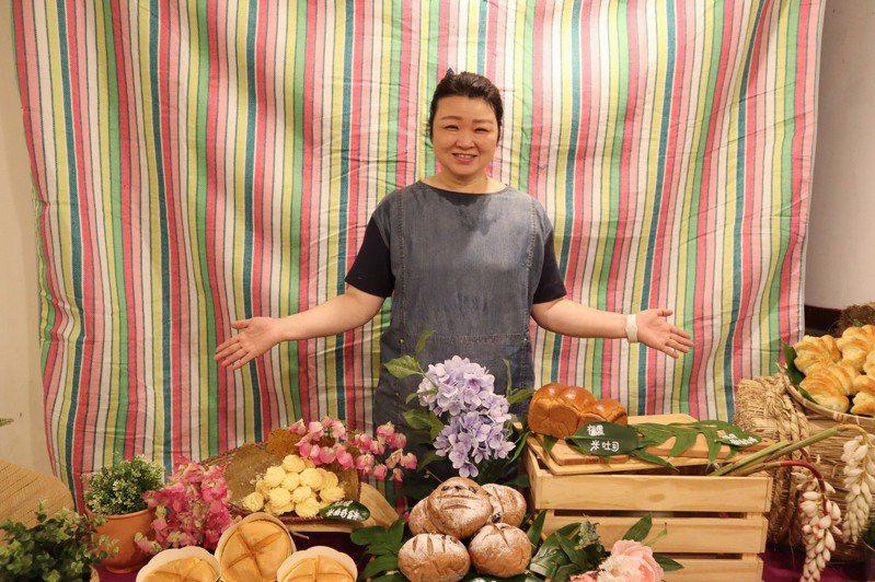 富里鄉農會總幹事張素華表示,將米磨成米穀粉取代麵粉,盼喚醒民眾重視台灣米糧。記者王思慧/攝影