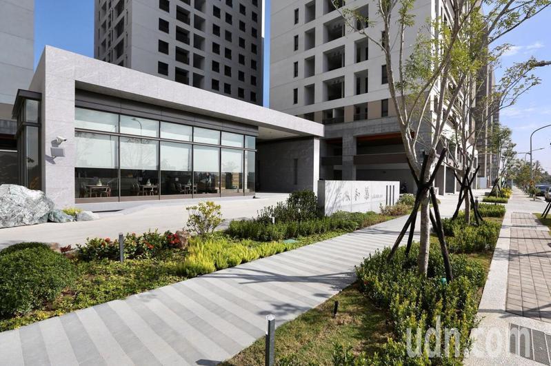 台南鐵路地下化照顧住宅正辦理餘屋公開標售作業。圖/市府都發局提供