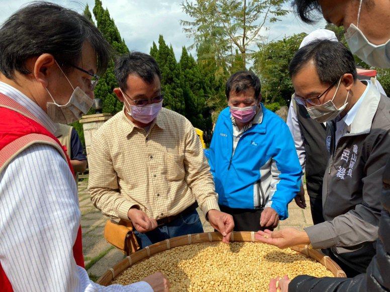民眾除參訪火蟲棲息的生態環境,也實地瞭解日照莊園種植咖啡豆品質。圖/龍華科大提供