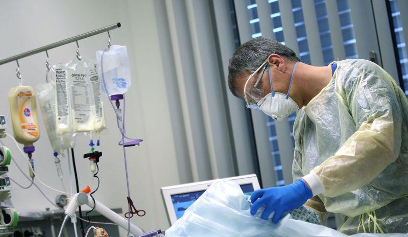 德國東部城市馬德堡一家醫院的醫師16日在加護病房照顧新冠肺炎患者。(法新社)