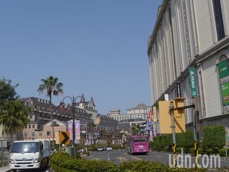 義大世界涵蓋飯店、學校與商場,義守大學(圖左側)位於購物商場(圖右側)對面,學生憂心有人染疫。記者徐白櫻/攝影