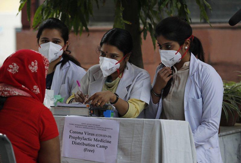 「群體免疫」再惹爭論,但有專家稱或對印度等國家有效。美聯社