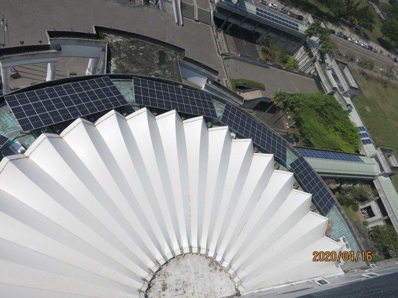 台南市政府在永華市政大樓7樓採光圓環平台,增設太陽光電系統。 圖/市府提供