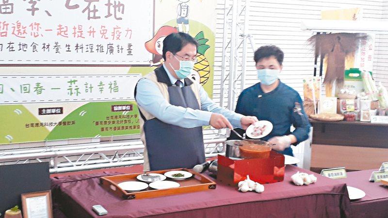 台南市農業局發表健康防疫料理食譜,市長黃偉哲(圖左)昨天嘗試烹調養生番茄海鮮湯。 記者周宗禎/攝影