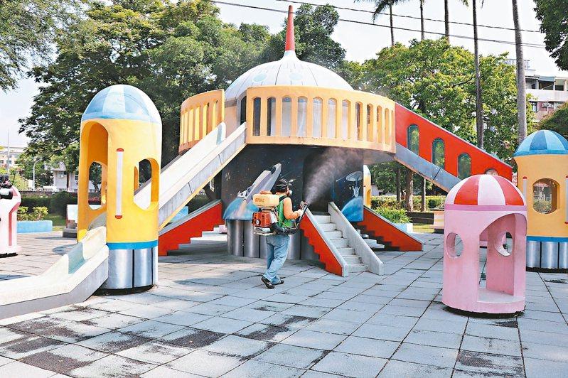 嘉義市府加強消毒公園內的遊樂設施,希望讓孩子能玩得安心。 圖/嘉義市府提供