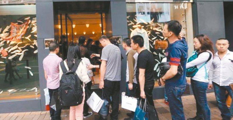 廣州的精品龍頭愛馬仕太古匯專賣店重開,引來大批人潮排隊購買。 法新社
