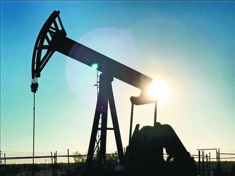 受新冠肺炎抑制需求與原油儲存恐將達極限雙重打擊,國際油價二十日擴大跌勢。(路透)