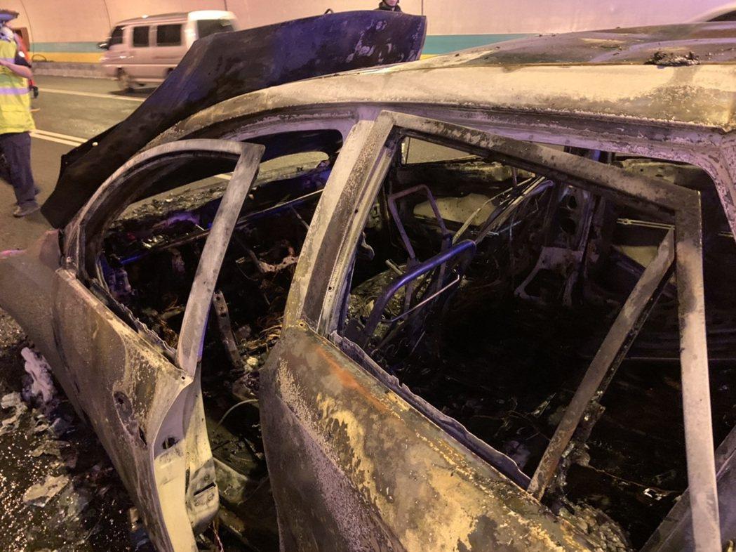 國3木柵隧道一早火燒車,火勢撲滅後只剩骨架。圖/台北巿消防局提供