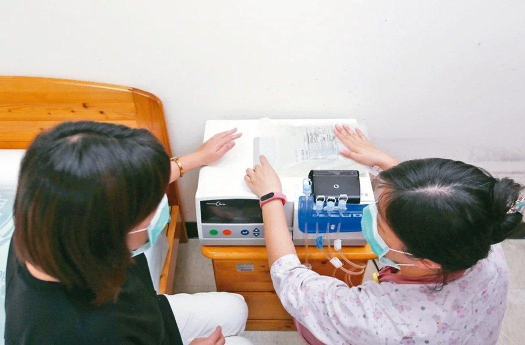 腹膜透析(PD)讓病人能居家洗腎,透過健保租賃的機器(APD)和雲端回傳數據功能...