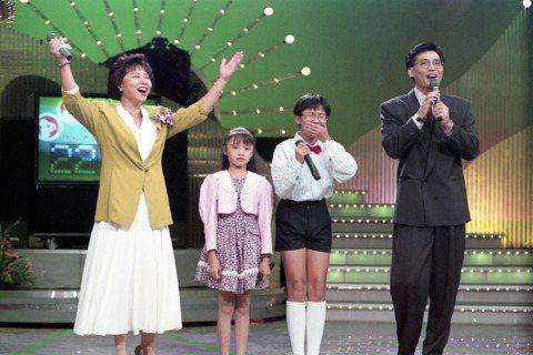 台視招牌節目「五燈獎」播出長達33年,也是台灣電視史上最長壽的電視節目,「五燈獎」當年由「田邊製藥」一手催生,節目一開始名稱是「田邊俱樂部-週末劇場」,台灣電視正值啟蒙階段,出現了這麼一個與民同樂的...